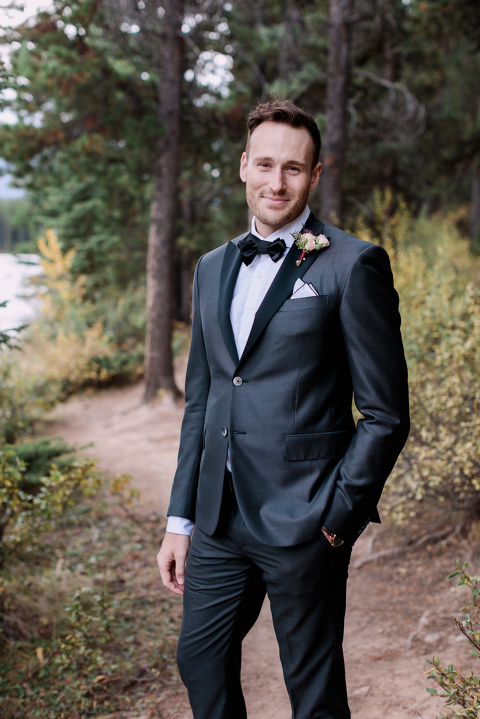 groom, sunset photo, bridal bouquet, nicole sarah, calgary wedding photographers, mountains, banff, forest, pronovias